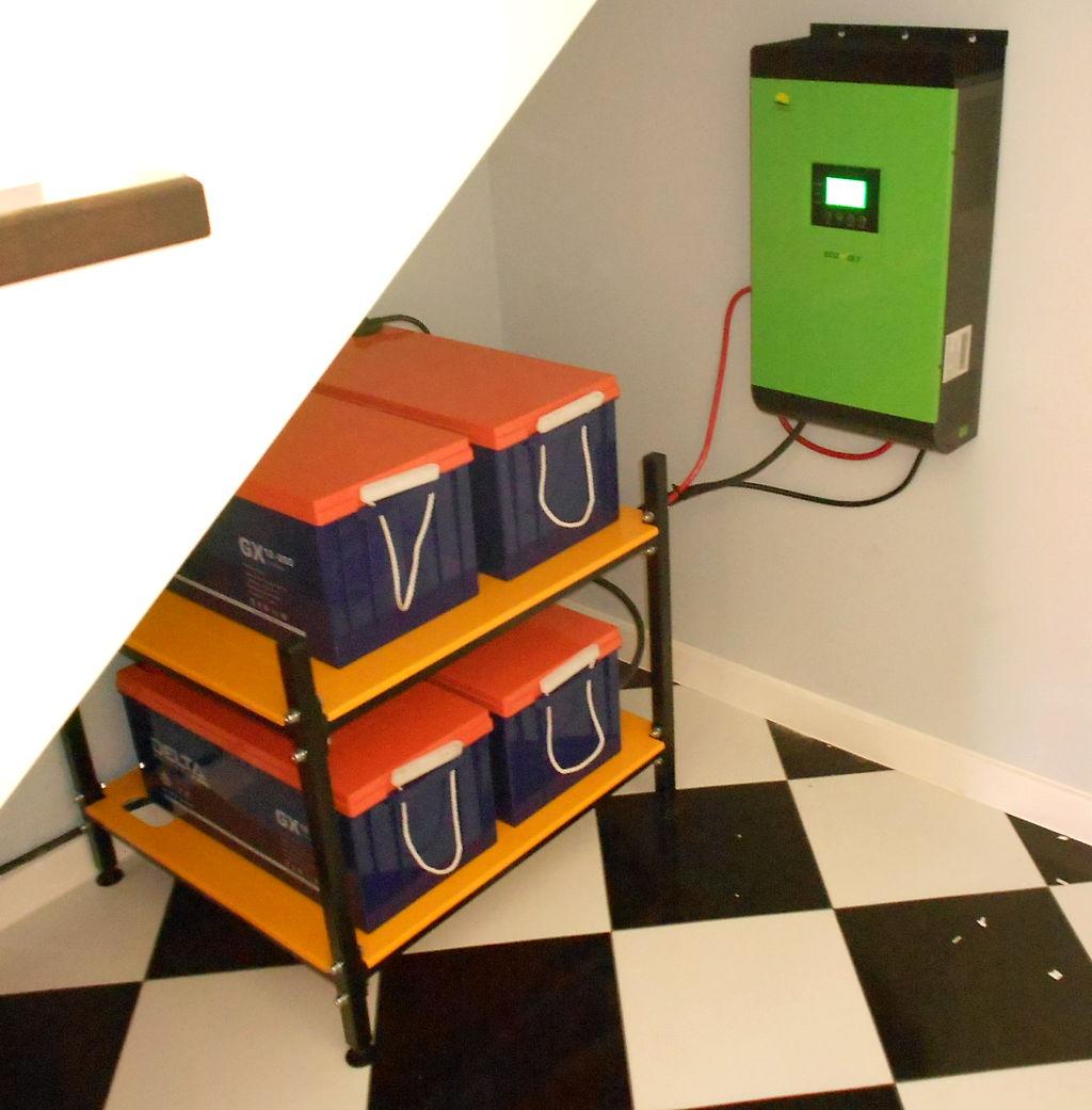 установленный инвертор с аккумуляторами